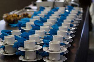 Kahvikuppeja pöydällä