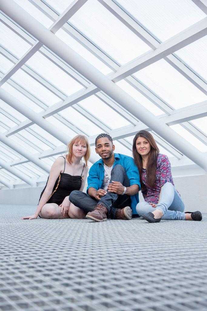 opiskelijat istuvat kattoikkunan alla