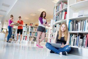 opiskelijat kirjastossa