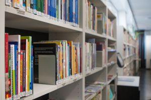 Kirjaston hyllyissä kirjoja