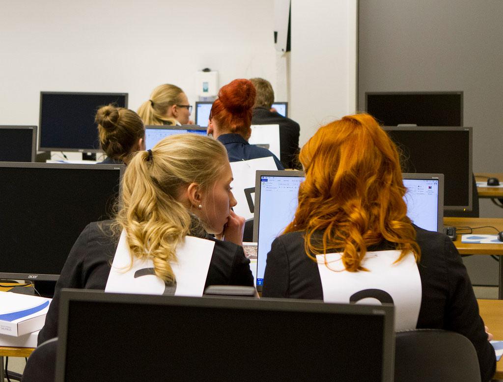 Opiskelijat tietokoneiden äärellä