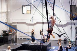 Sirkusalan opiskelijat harjoittelevat