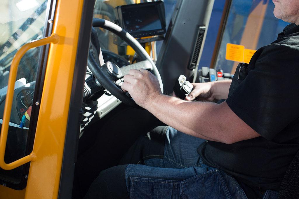 Salpauksen opiskelija ajamassa työkoneella.