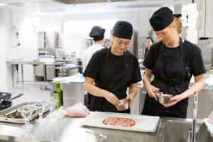 Salpauksen kokkiopiskelijat keittiössä