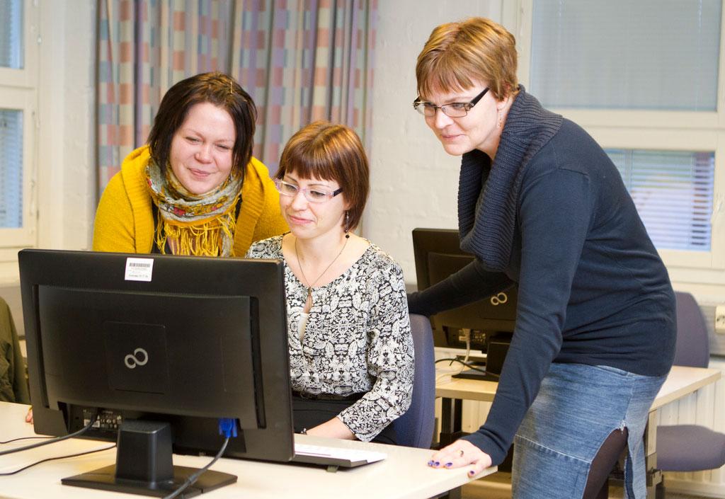 Tieto- ja viestintätekniikan opisklelijat tietokoneen ääressä