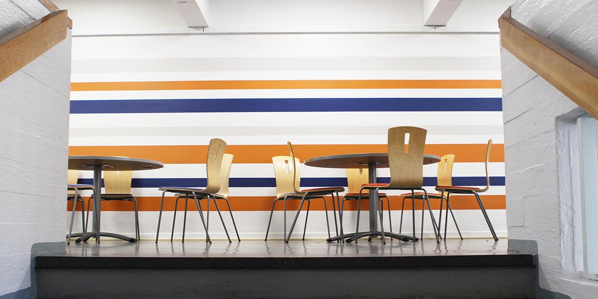 Heinolan kampuksen aulatila, jossa pöytiä