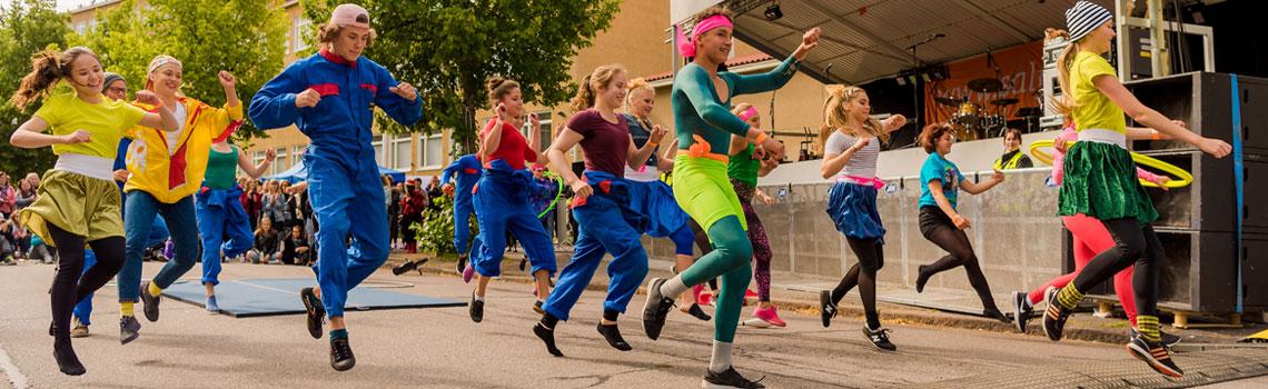 Tanssijat kyläjuhlissa