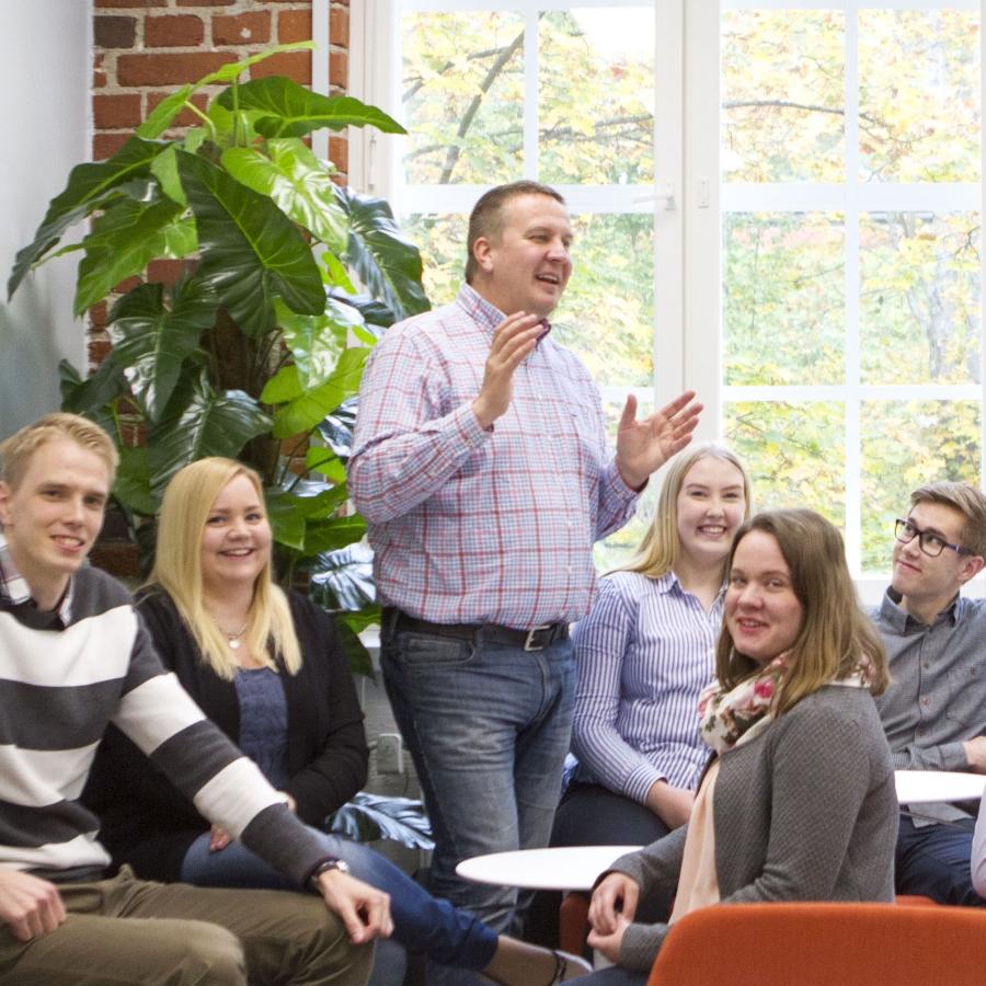 Rantalaisen integraatio- ja muutosjohtaja Kimmo Martikainen puhuu ryhmälle ihmisiä.