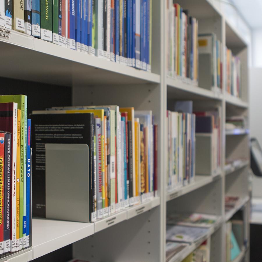 Kirjoja tietokeskuksen kirjahyllyssä.