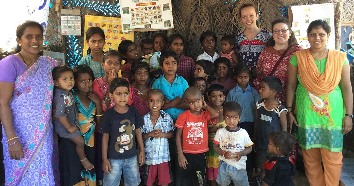 Paikallisia ihmisiä Johanna Tuliaisen kanssa Intiassa
