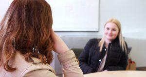Opiskelijat viettämässä aikaa Heinolan kampuksen aulassa