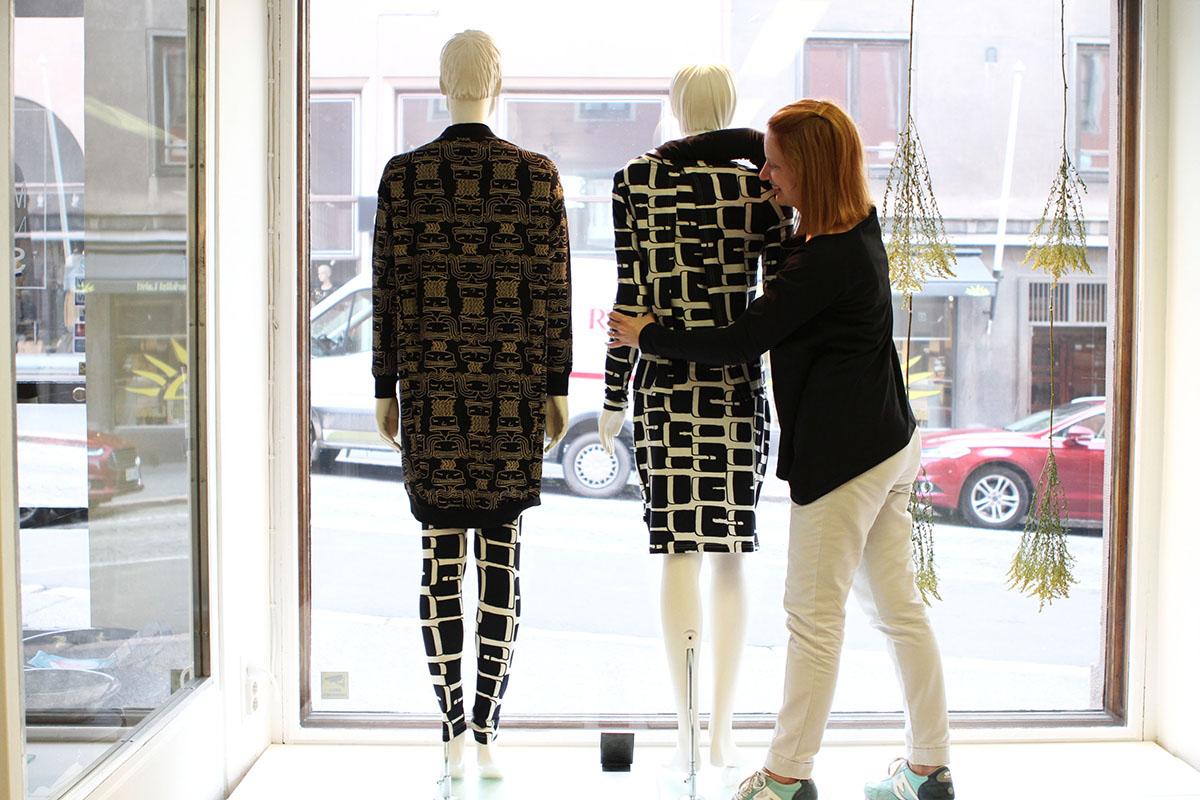 Henna Lindroos somistaa myymälänsä Marakattimarssi Shop myymälän ikkunassa olevia mallinukkeja