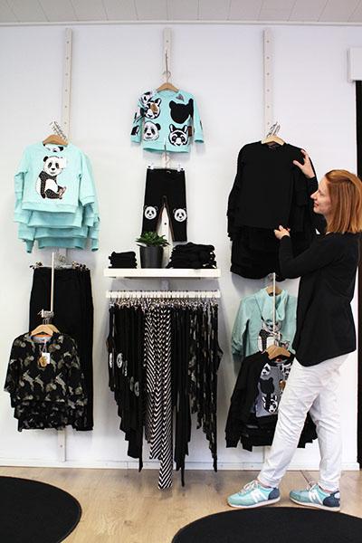 Henna Lindroos järjestää myymälänsä Marakattimarssi Shopin vaatteita