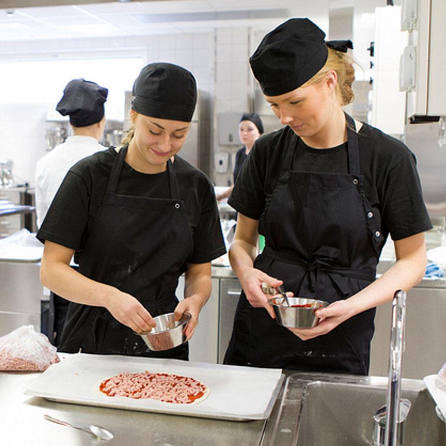 Opiskelijakokit täyttävät pitsaa.