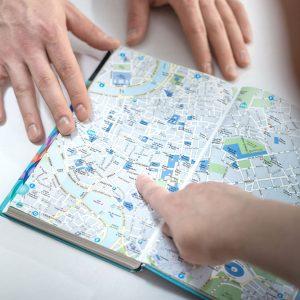 Matkailuvirkailijaopiskelijat tutkivat karttaa.