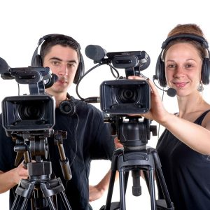 Kaksi mediapalvelujen toteuttajaopiskelijaa kameroidensa kanssa.