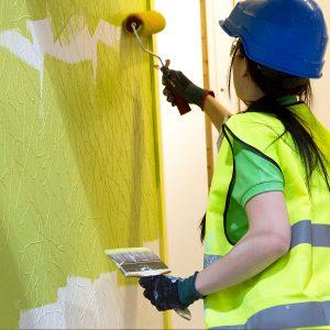 Sisustusrakentaja maalaa seinää.