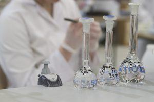 laboranttiopiskelijat tekevät mittauksia