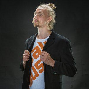 Salpauksen opiskelija esittelee brändin mukaista T-paitaa