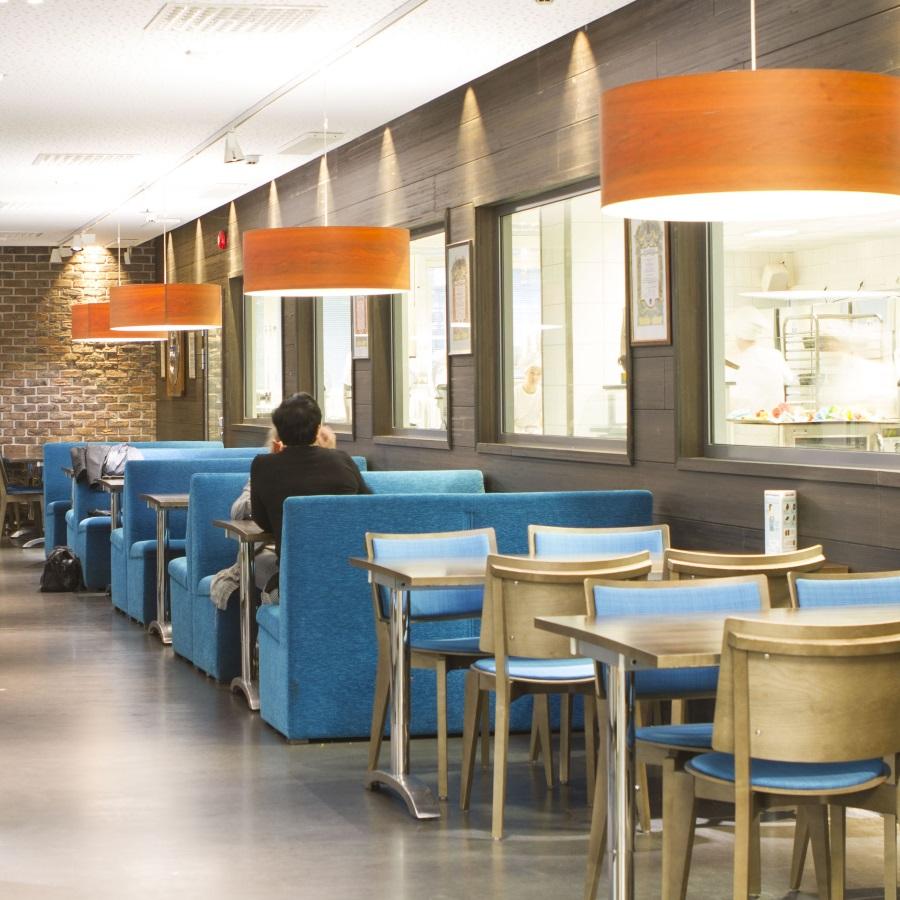 Salpauksen kahvila-myymälä Hetki-Shopin pöytiä ja tuoleja.