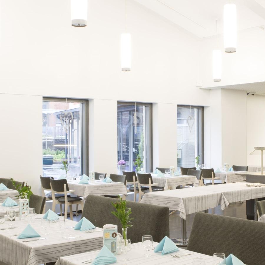Ravintola Kulinaarin pöytiä ja tuoleja.