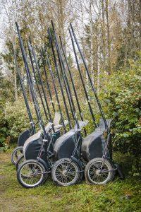 Raviurheilun koppakärryt pensaan edessä