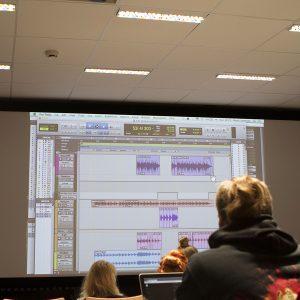Musiikkiopiskelijat luokassa opiskelemassa