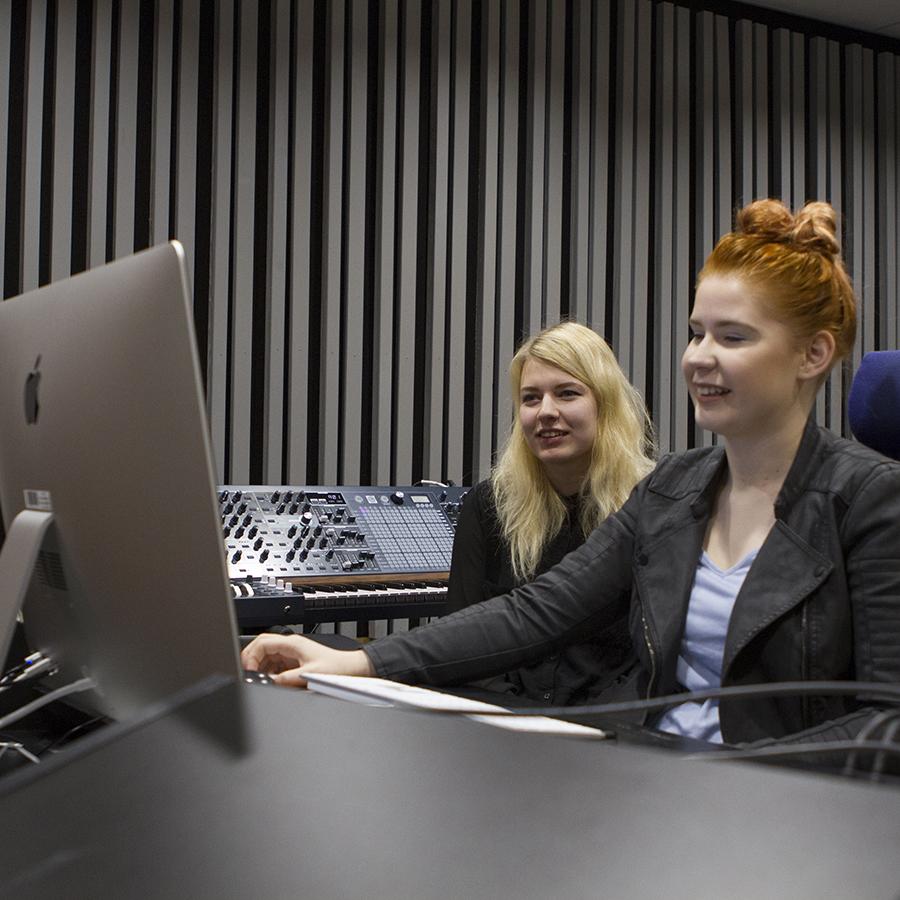 Kuva musiikkiteknologeista äänitarkkaamossa.