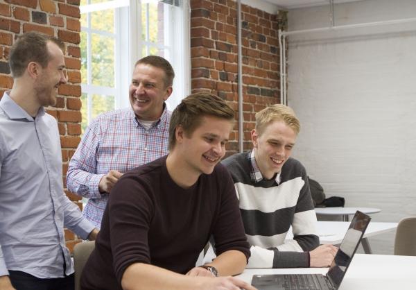 Naurua ryhmätyöskentelyssä