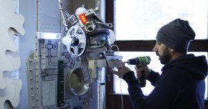 Koulutuskeskus Salpauksessa tarpeistonvalmistuksen artesaaniksi opiskellut Amadeu Vives tekee lavasteita.