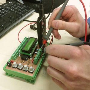Elektroniikka-asentaja työnsä ääressä.