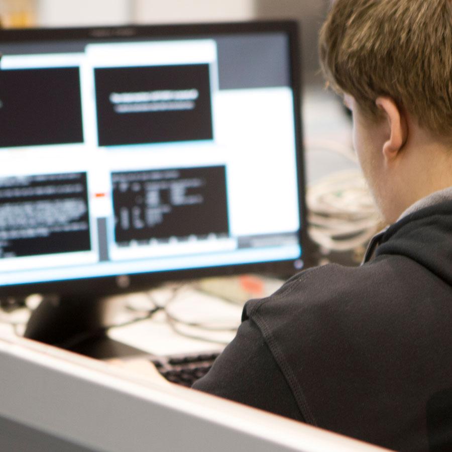 ICT-asentaja työnsä ääressä.
