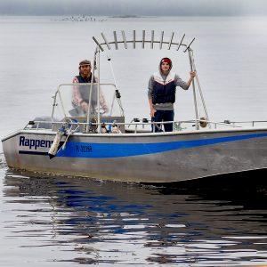 Kalanviljelijaopiskelijat veneessä.