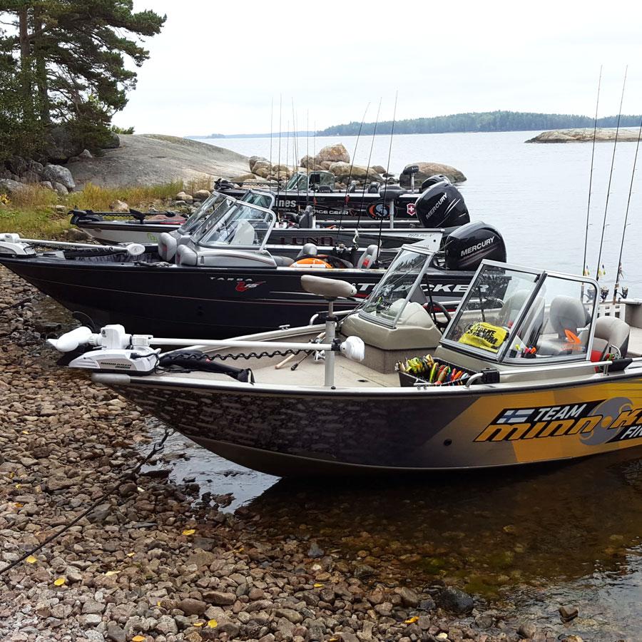 Kalastusveneitä rannassa.