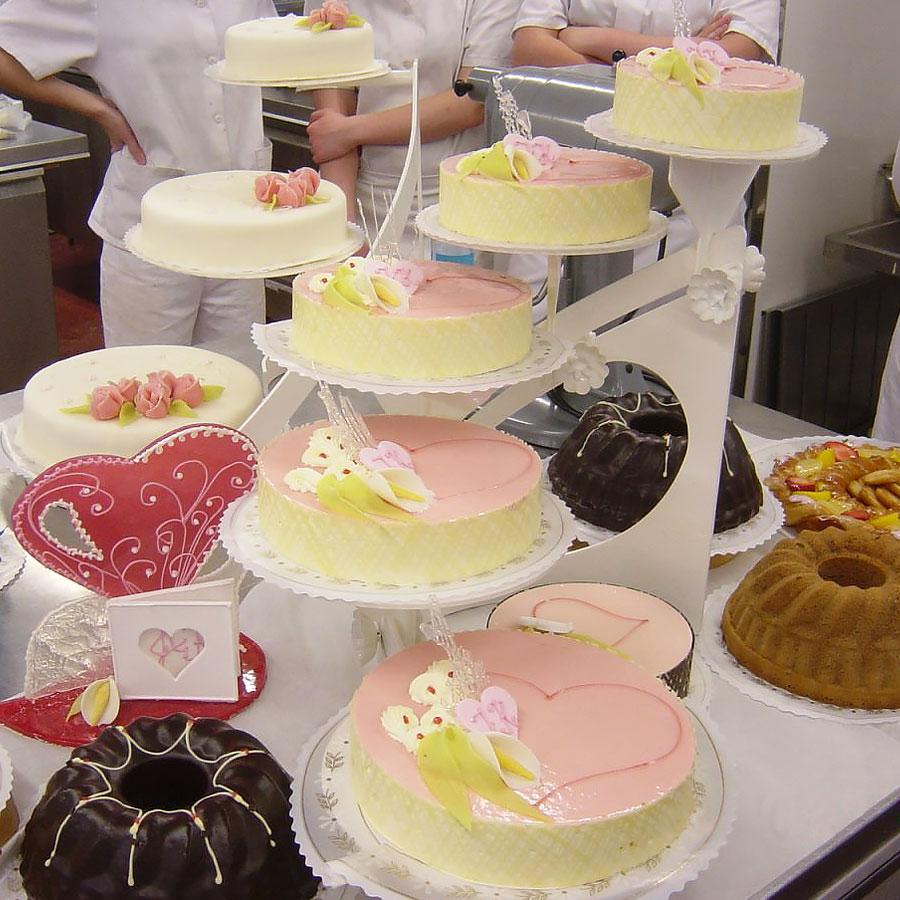 Kondiittoriopiskelijoiden tekemiä kakkuja.