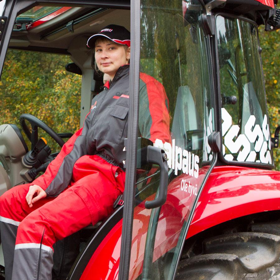 Maaseutuyrittäjäopiskelija traktorin kopissa.