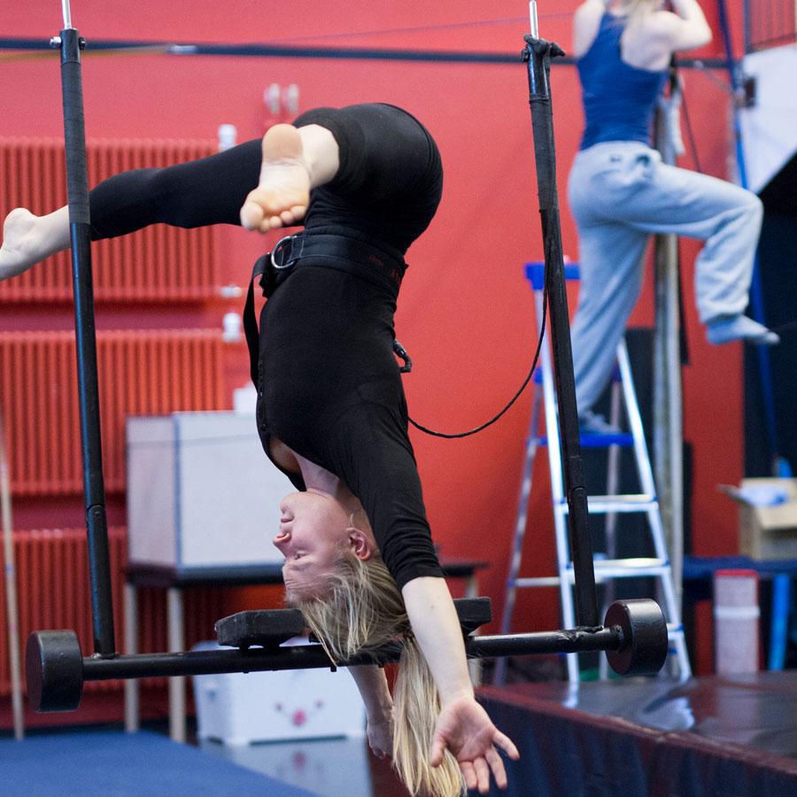 Sirkusartistiopiskelija harjoittelee akrobatiaa.