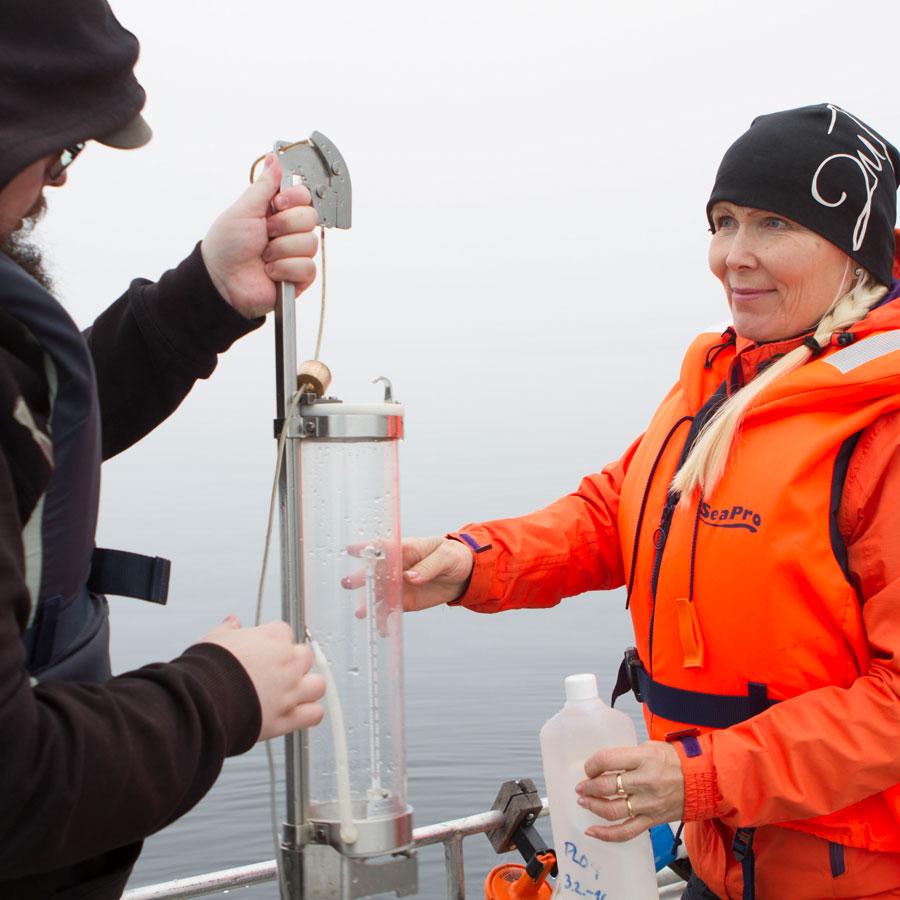 Ympäristönhoitajaopiskelijat ottavat vesinäytettä järvestä.