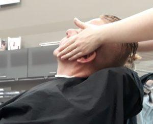 Opiskelija on tekemässä partakäsittelyä asiakkaalle