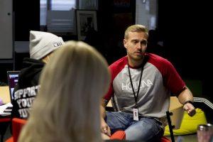 Toni keskustelee opiskelijoiden kanssa