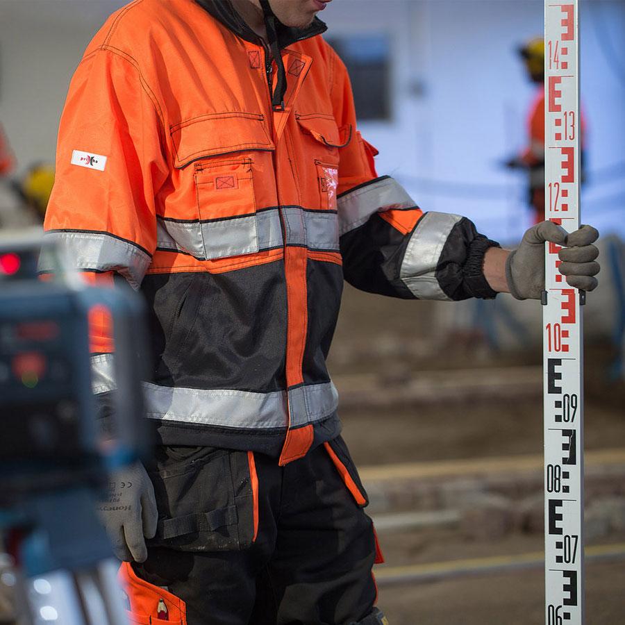 Rakennusmies työn äärellä