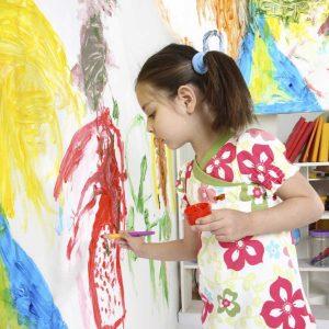 Lapsi maalaa