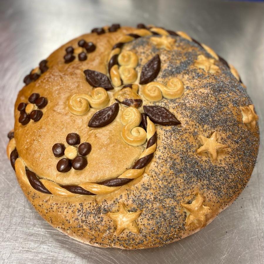 Taikinakoristein koristeltu vaalea leipä.