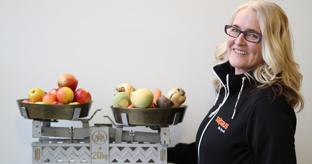Anita juureksien ja hedelmien kanssa