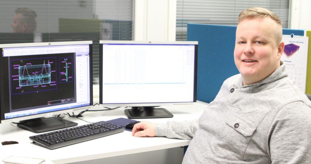 Mikko tietokoneen äärellä