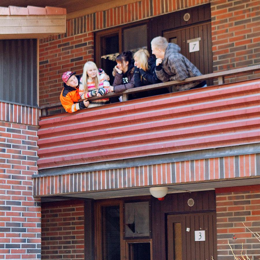 Opiskelijoita asuntolan parvekkeella.