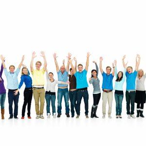 Iloiset ihmiset tuulettavat kädet ylhäällä