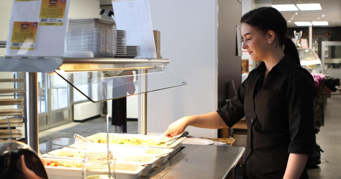 Ida asettelee lounasruokia