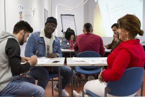 maahanmuuttajia opiskelemassa