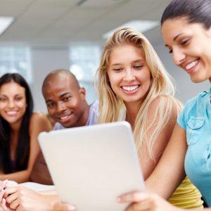Opiskelijat ryhmätyössä.